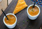 Soupe tiède aux carottes et à la cannelle, toasts à la mimolette et ciboulette