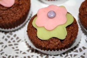 Cupcake au chocolat et fleur en pâte d'amande
