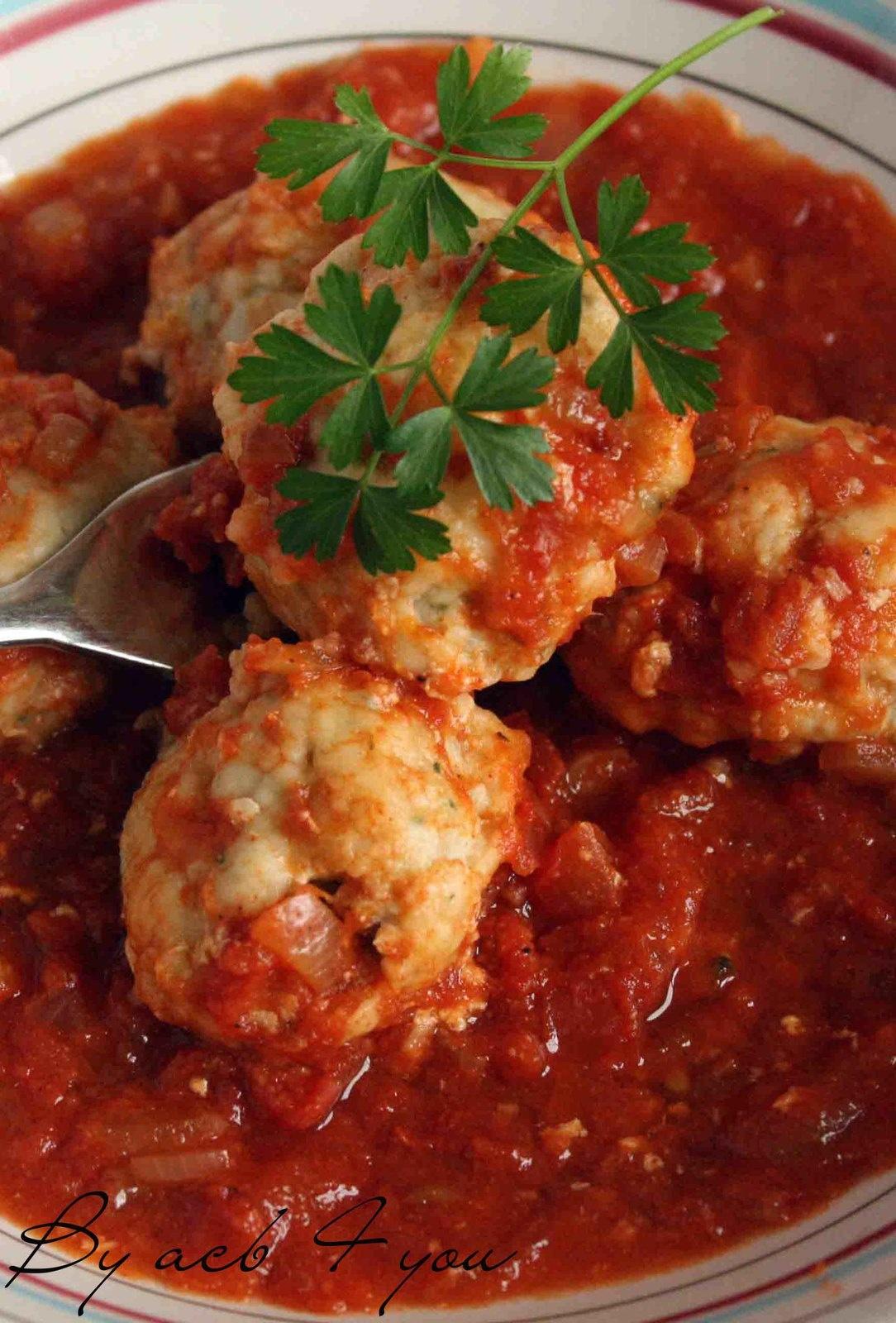 Boulettes de poisson épicées, sauce tomate à la coriandre