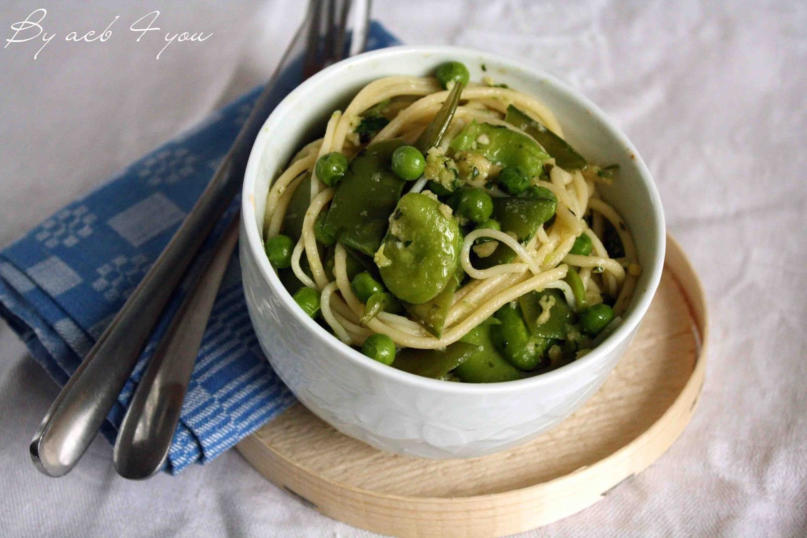 Spaghetti aux légumes verts, pesto de roquette aux amandes