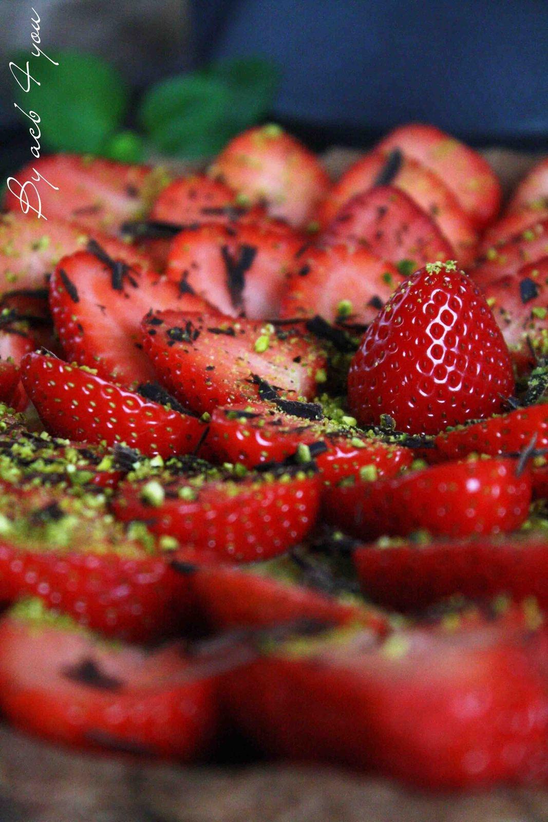 Tarte aux fraises, crème pistache et pâte sablée cacaotée