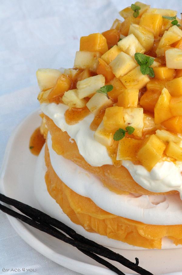 Vacherin exotique {sorbet mangue, coulis passion vanillé et dés d'ananas & mangue}