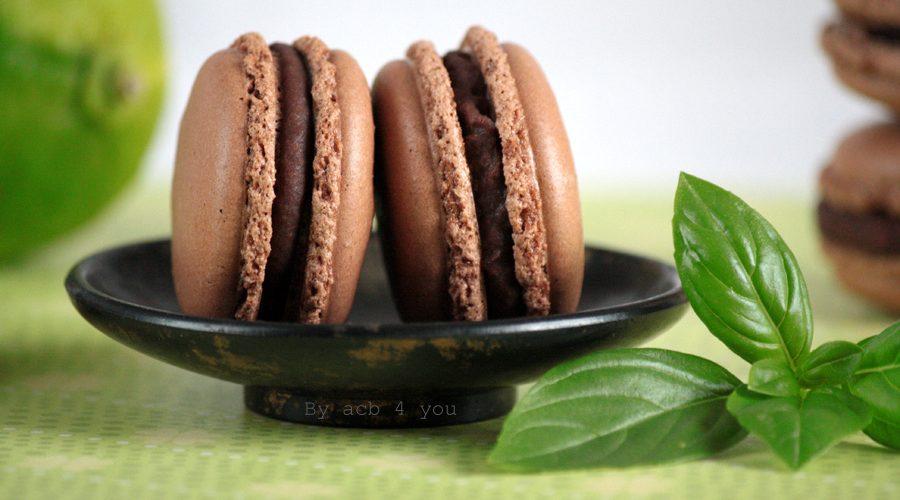 Macarons au chocolat noir, citron vert et basilic