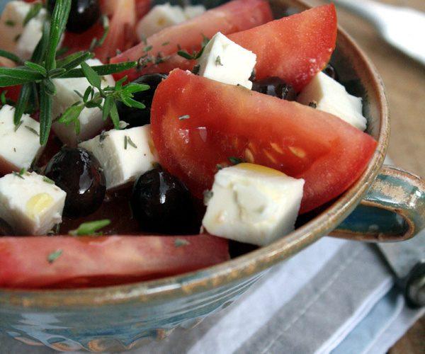 Salade de tomates à la feta et olives coquillos