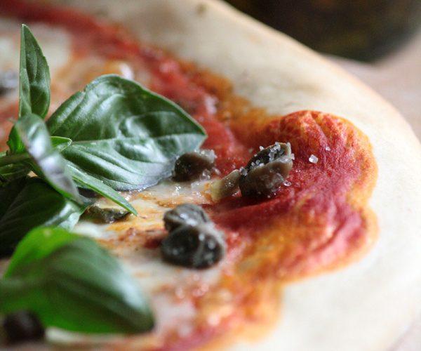 Pizza aux câpres, mozzarella et basilic (pâte au levain)