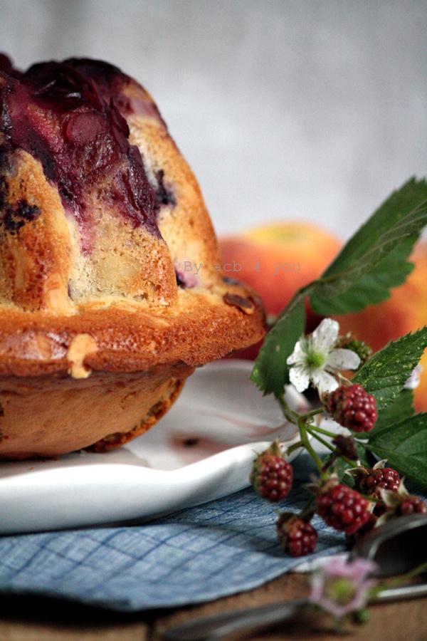 Gâteau aux pêches, mûres et mascarpone