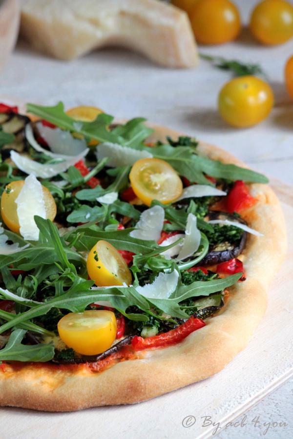 Pizza aux légumes grillés persillés comme un avant goût d'été