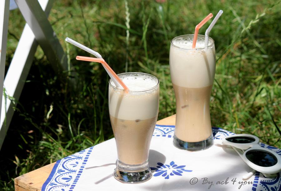 Café latte frappé au sirop de fève tonka