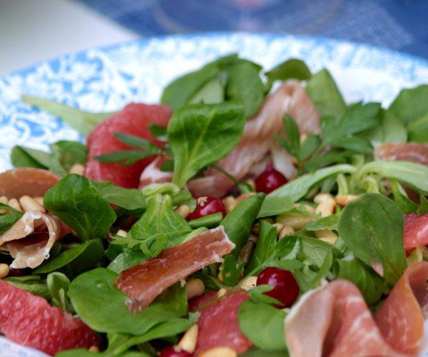 Salade de mâche au pamplemousse, groseille et jambon cru