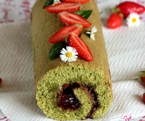 Gâteau roulé au thé matcha et confiture de fraise basilic « un air d'été »