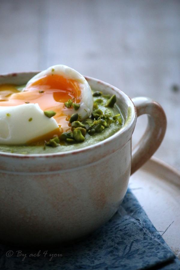 Crème de brocolis à la pistache, œuf mollet
