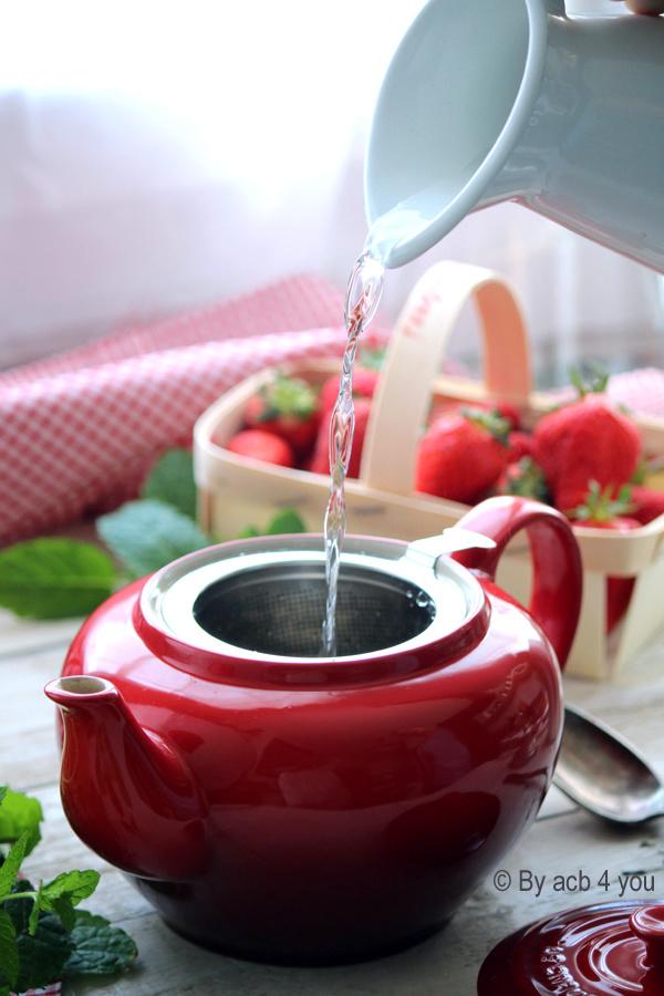 Thé vert glacé à la menthe et aux fraises