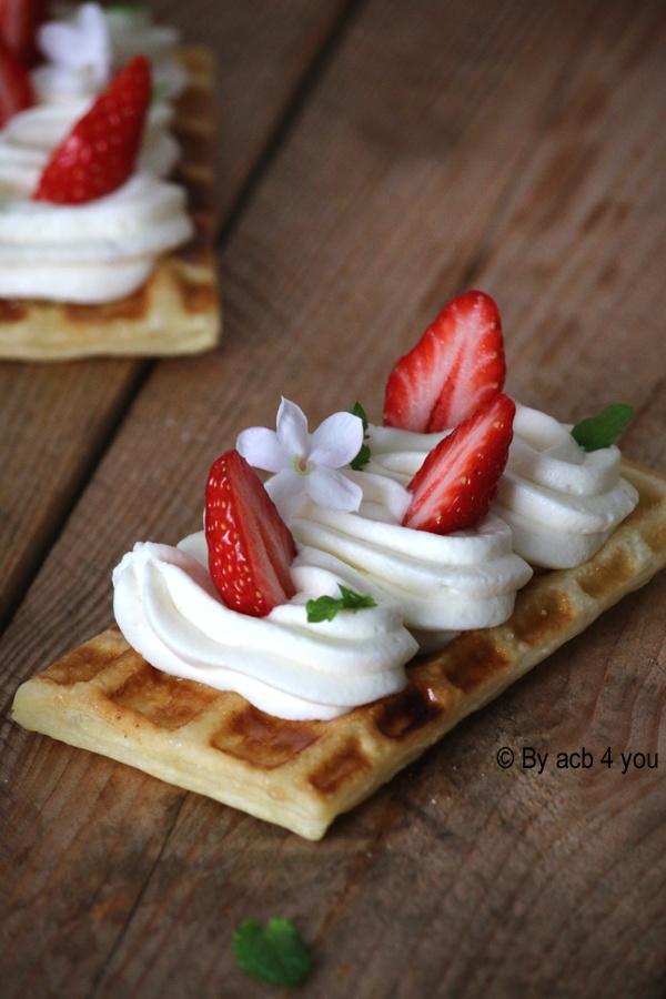 Gaufres feuilletées aux fraises et chantilly chocolat blanc amande