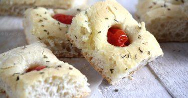 Focaccia tomate et mozarella pour l'apéritif