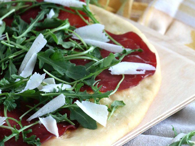 Pizza bianca à la bresaola