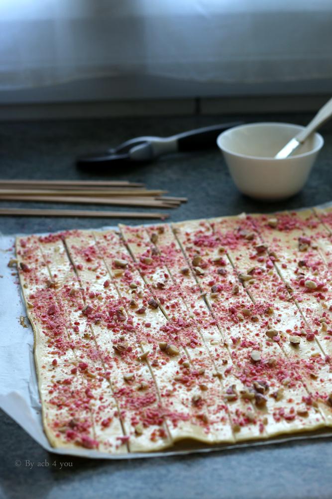 Sucette feuilletée aux pralines roses