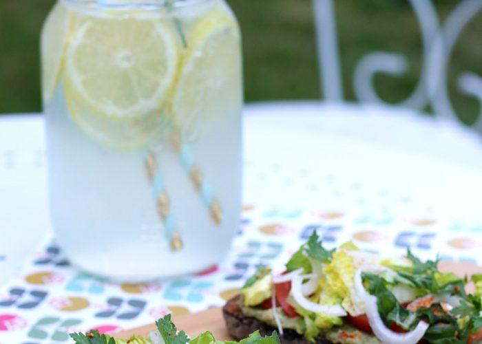 Tartines végétariennes à l'avocat et limonade arrangée