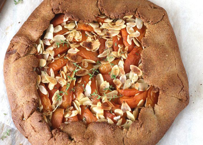 Tarte rustique aux abricots, amandes et thym citron