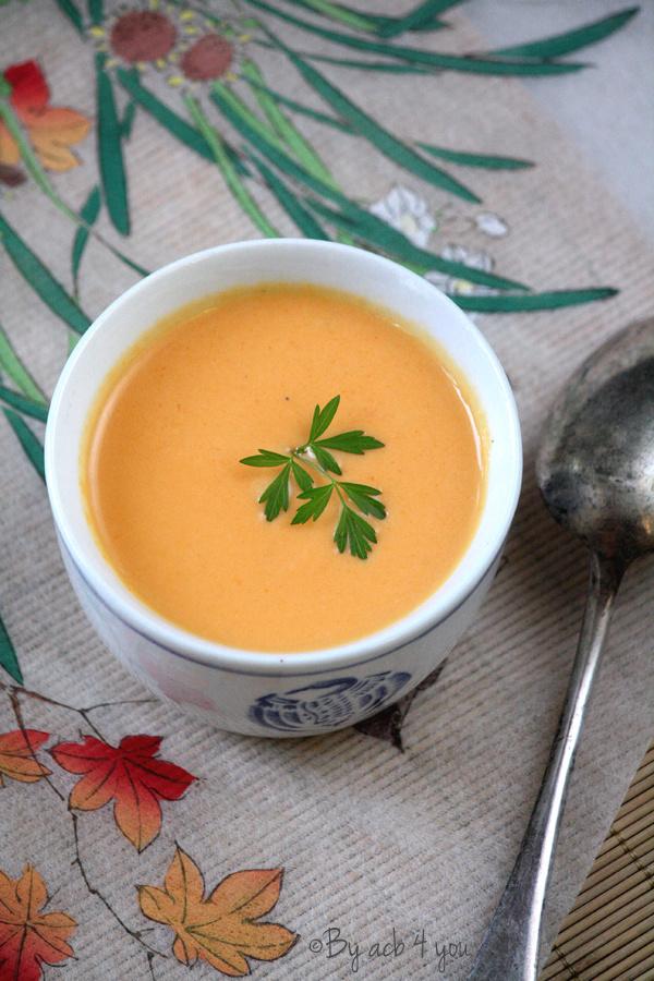 Soupe thaï de carotte et patate douce, gingembre et curcuma