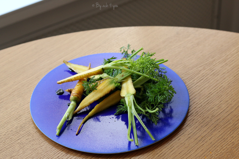 Mini carotte marinée dans un sirop d'érable, chips de panais, chips d'encre de seiche et mousse de haddock