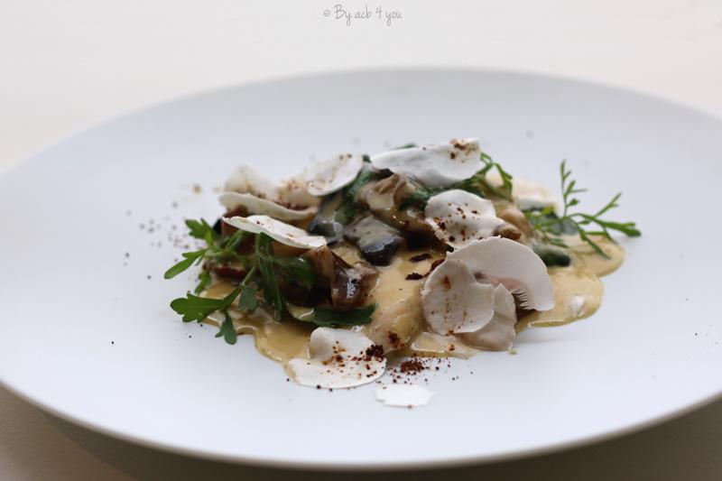 Fricassée de suprême de volaille, foie gras de canard poché, champignon