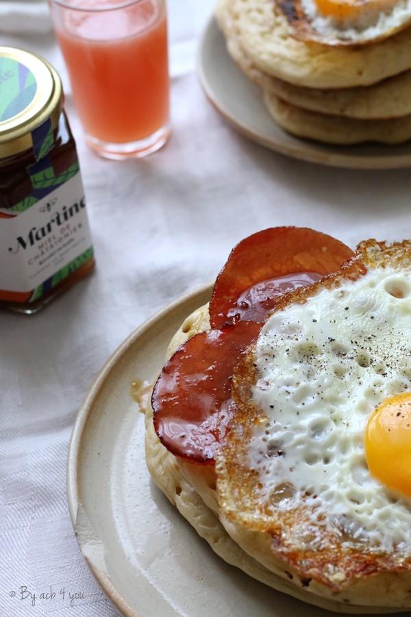Jambon au miel de châtaignier, pancakes et œuf au plat
