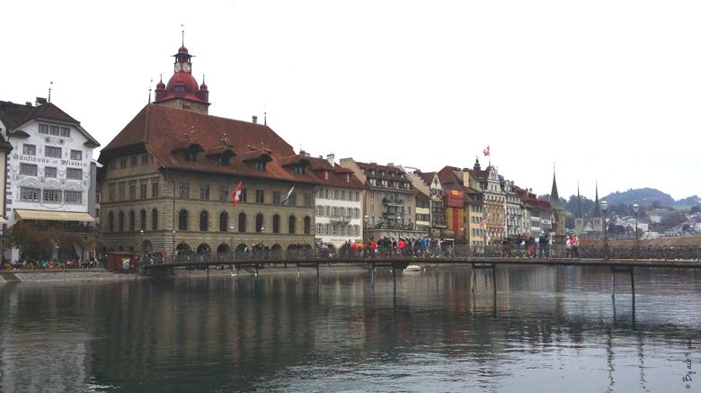 Passerelle Rathaussteg sur la Rivière Reuss à Lucerne en Suisse
