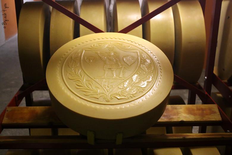 Meule de fromage suisse sculptée