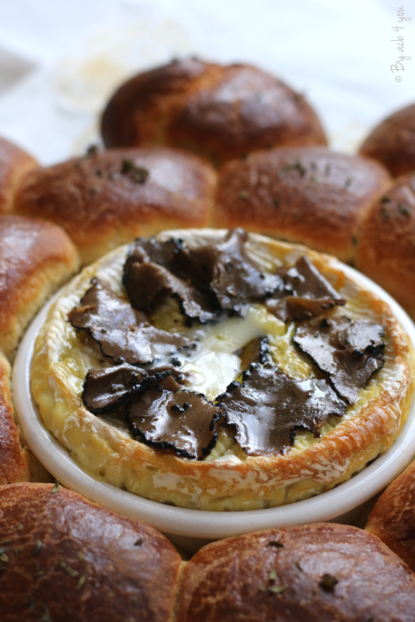 Camembert rôti à la truffe dans une brioche en forme de fleur