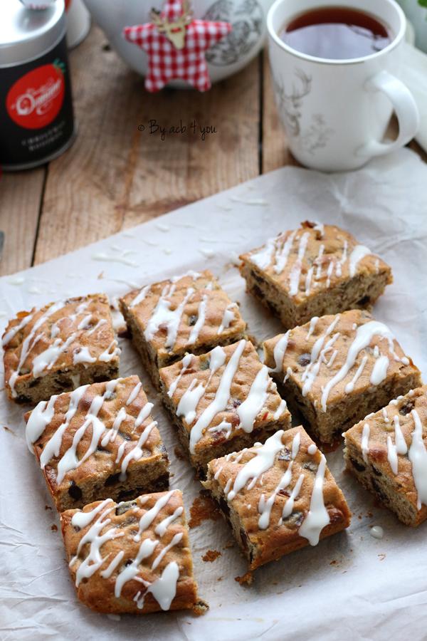 Gâteau au miel, figue, datte et noix avec un glaçage marbré