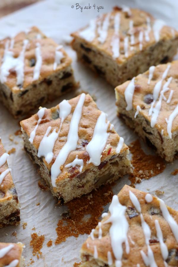 Gâteau carré au miel, figue, datte et noix avec un glaçage marbré