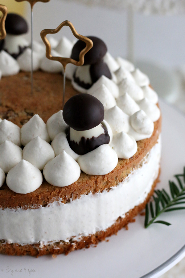 Gâteau à la crème décoré de champignons en chocolat