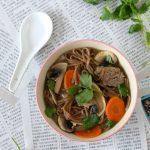Soupe de nouilles soba au bœuf, coriandre et citronnelle