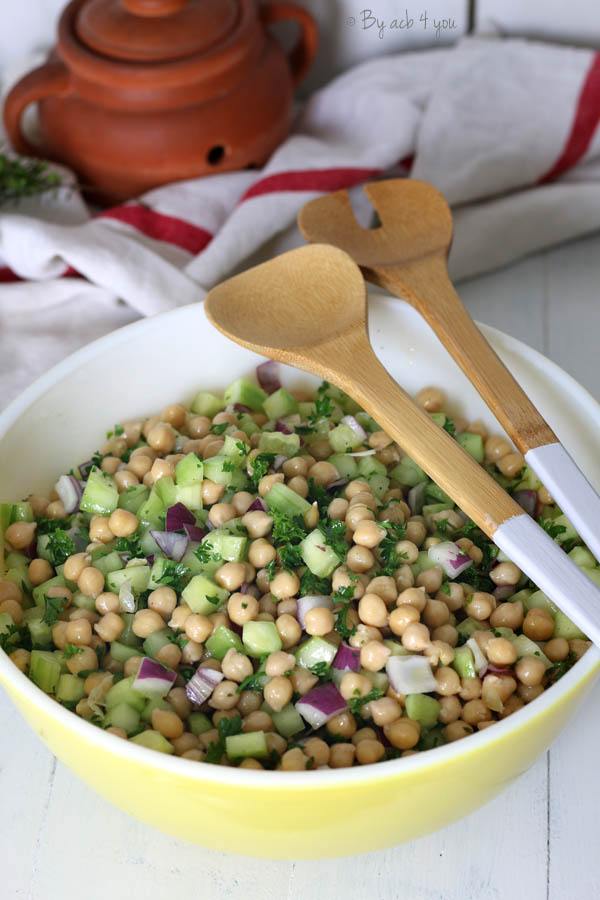 Salade de pois chiches, oignon et concombre