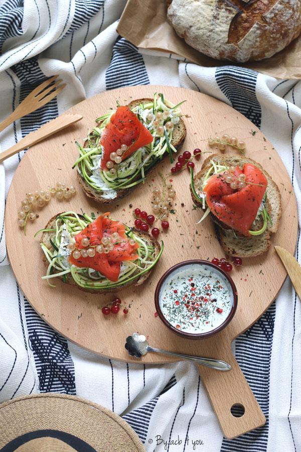 Tartines de courgette au saumon, crème à l'aneth