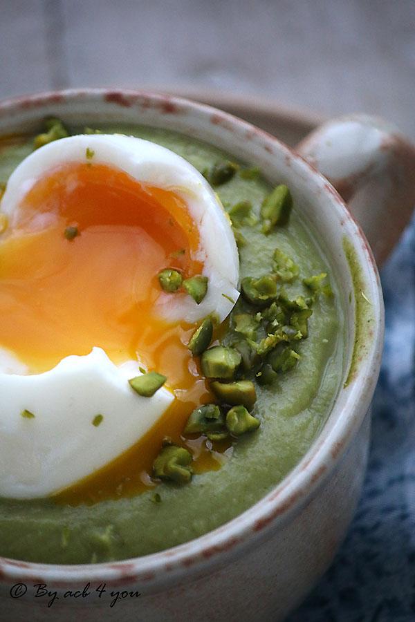 Crème de brocoli à la pistache, œuf mollet