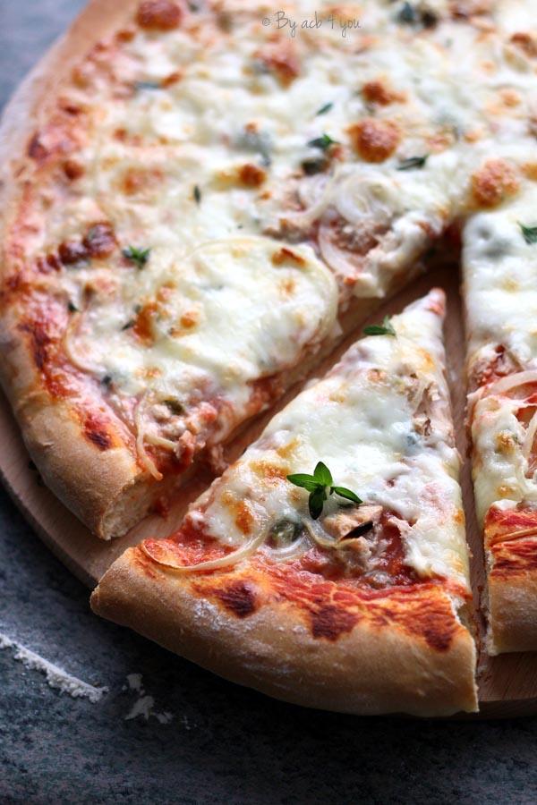 Pizza au thon, oignon et câpres