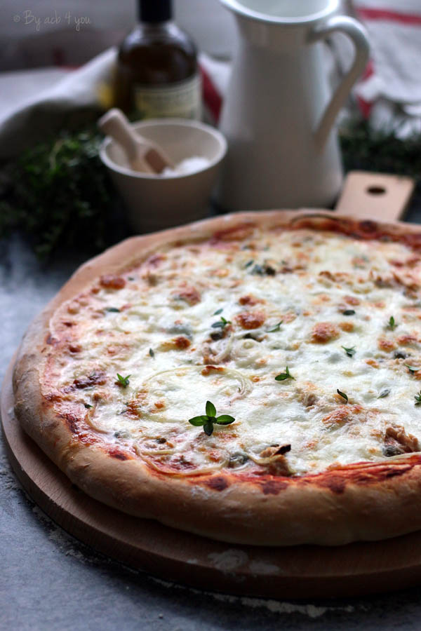 Pizza au thon, oignon et sarriette