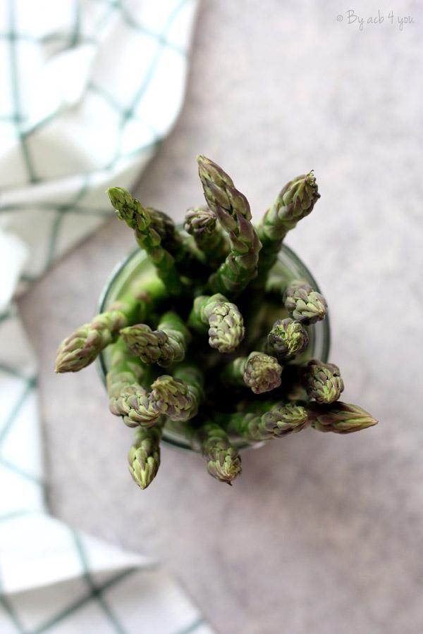 Tarte fine aux asperges vertes rôties, pignons et parmesan