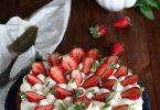 Gâteau aux fraises sur chantilly au chocolat blanc et basilic