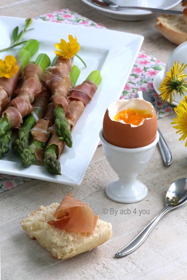 Œuf à la coque et ses mouillettes d'asperges au jambon de Parme