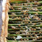 Tarte aux asperges vertes rôties et pignons de pin