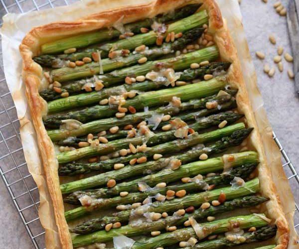 Tarte fine aux asperges vertes rôties, pignons
