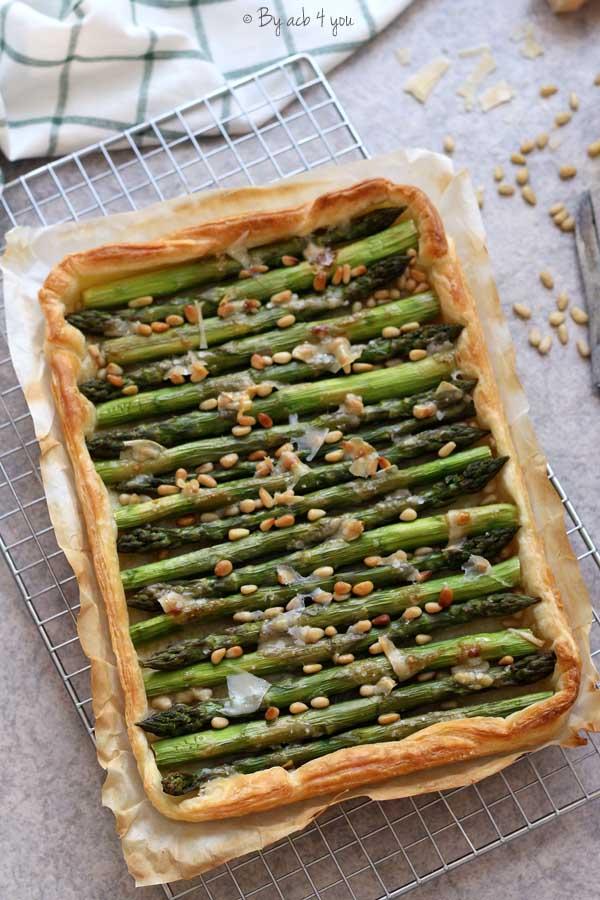 Tarte fine aux asperges vertes rôties, pignons, parmesan