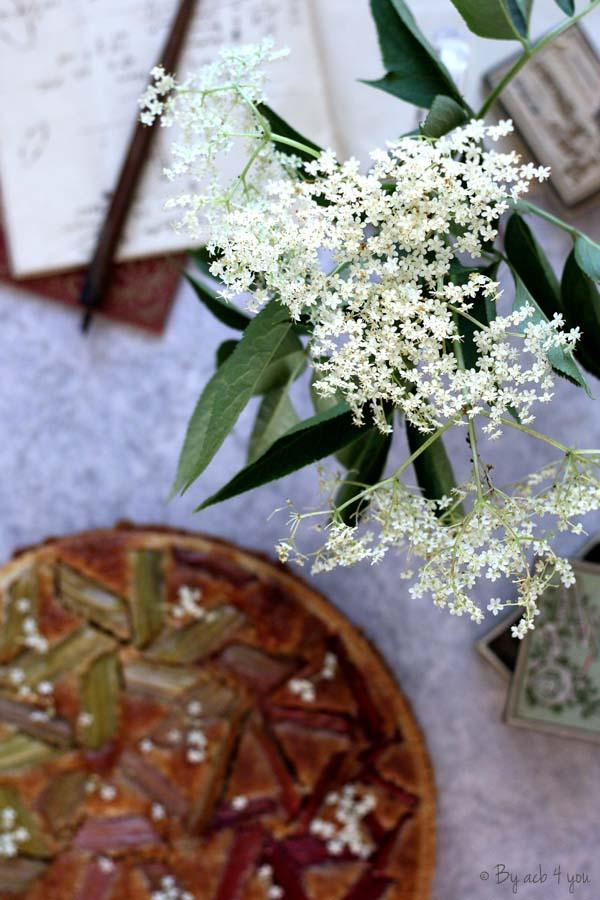 Tarte graphique à la rhubarbe et crème d'amande aux fleurs de sureau