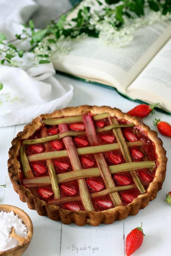 Tarte fraise rhubarbe, pâte sucrée aux amandes
