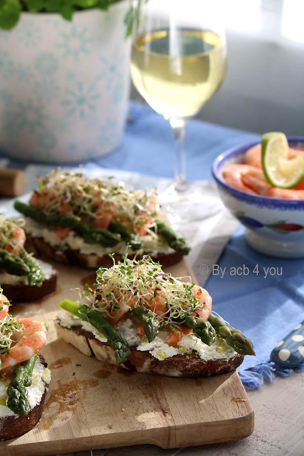 tartines aux asperges vertes et aux crevettes roses