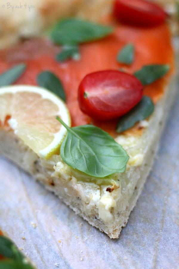 Pizza bianca au fenouil, truite fumée et basilic