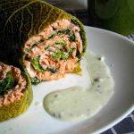 Roulé de saumon au chou vert, sauce Roquefort