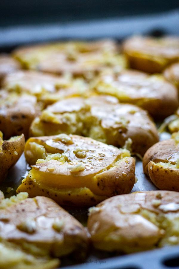 Pommes de terre tapées à l'ail et au persil